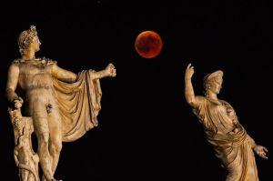 L-eclipse-de-Lune-vue-d-Athenes-en-Grece-vendredi-soir
